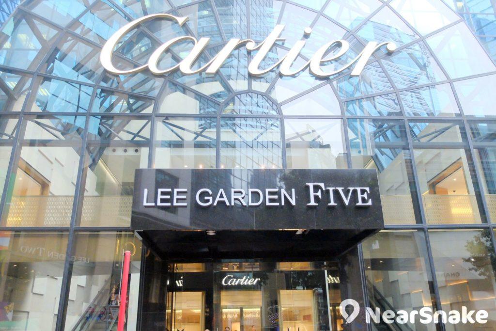 利園五期正門的「Cartier」字樣,比起「LEE GARDEN FIVE」是更為顯眼。