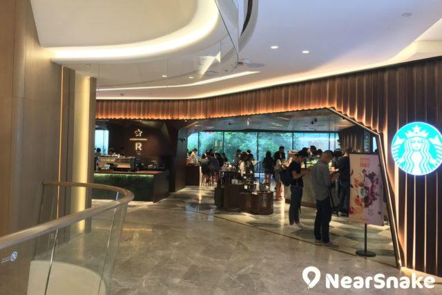 利園 Starbucks 旗艦店面積達 5,500 平方呎,提供逾 100 個座位,並設置 Teavana Bar 與 MixologyBar,比其他 Starbucks 咖啡店更寬敞。