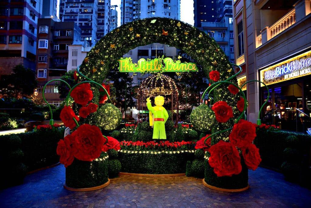 利東街商場中庭設置了小王子「紅玫瑰花藝迷宮」,配上點點星光,以及庭園外古雅的法式餐桌椅和入口的小王子雕像,猶如置身於 40 年代的浪漫法國。