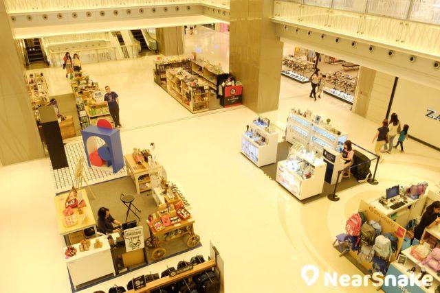 MCP Central 中庭前後的空間可足可容納多個小攤檔在此擺賣,給人一種小型市集的感覺。
