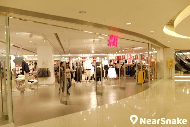 MCP Central 名店林立,除 H&M 外,還有 b+ab、IZZUE、MaBelle 等時尚服飾店。