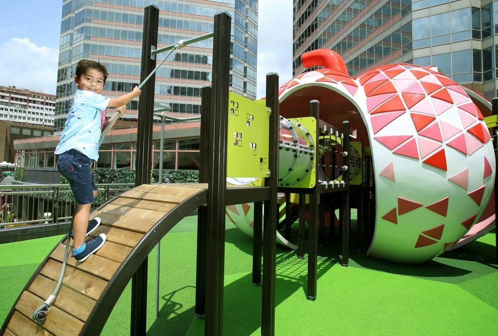 新都會廣場歷奇公園的大型遊樂設施四方八面俱設有各式各樣攀爬設施,小朋友可從變化多端的方式中自由進出。