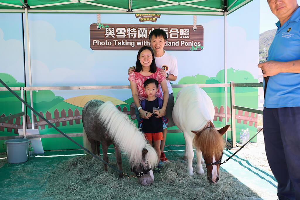 沙田馬場:開季試閘樂滿FUN 2018-彭福公園每年最受歡迎的「與雪特蘭小馬合照」活動。