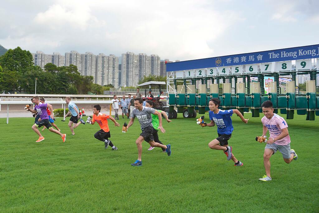 在開季試閘樂滿FUN 季前嘉年華上,一眾騎師將於草地跑道上進行接力競跑。