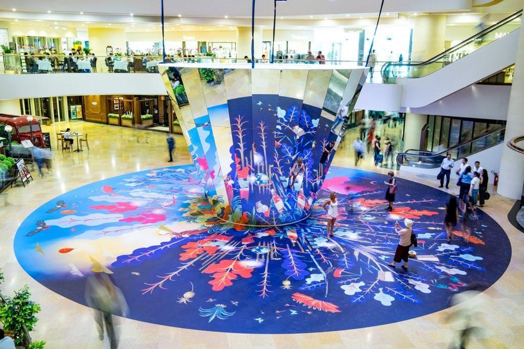位於太古廣場 Garden Court 的藝術裝置,可透過地面反射出的顏色與圖案,營造七彩斑斕的日與夜夢幻場景。