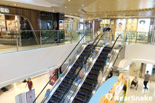 PopWalk 天晉匯的天花採用波浪形設計,為商場添上點點時尚味道。