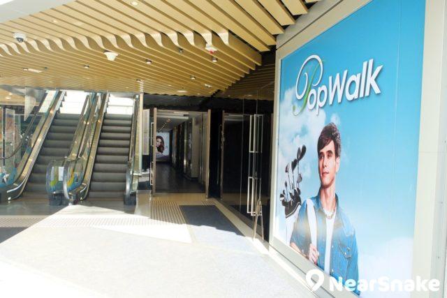 PopWalk 2 的出入口寬廣高雅,天花同樣可見波浪形設計。