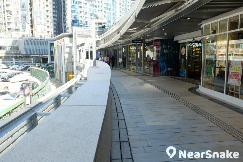 露天走廊是 PopWalk 商場的最大特色,讓遊人逛商場時可由室內走到室外。