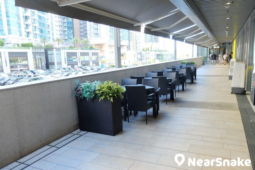 部分 PopWalk 餐廳設有戶外雅座,可讓大家在露天環境中品嚐美食。