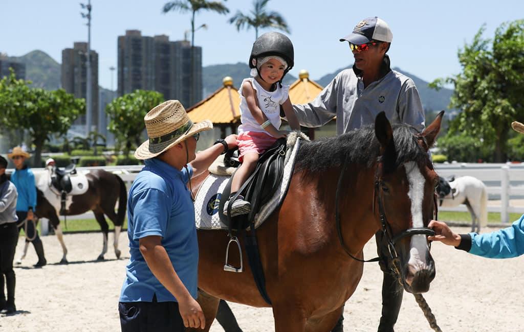 沙田馬場:開季試閘樂滿FUN 2018-「小馬策騎樂」讓小朋友策騎溫馴可愛的小馬,有興趣參加者,請於8月19日或以前購買門票。