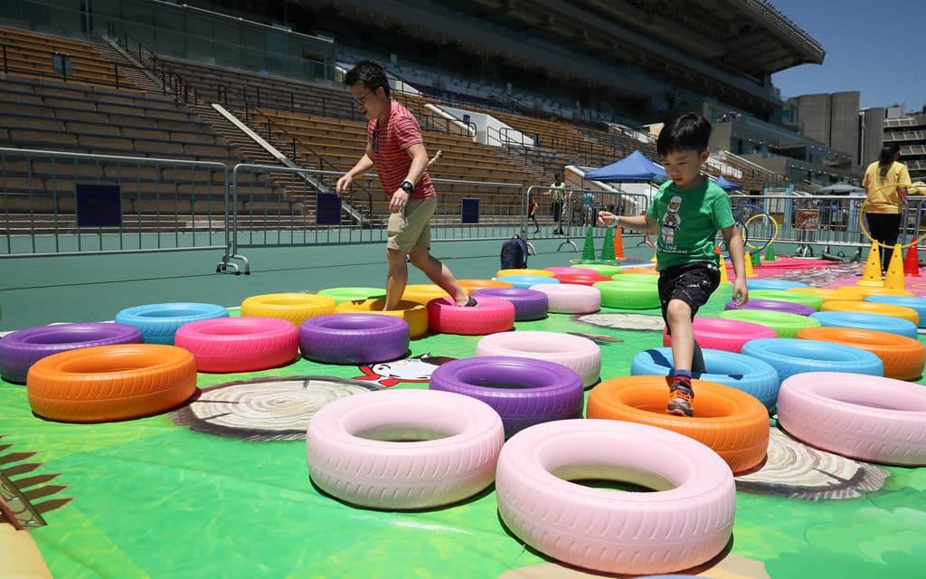 沙田馬場:開季試閘樂滿FUN 2018-「活力挑戰區」家長及小朋友參與親子障礙賽,合力完成挑戰,增進彼此默契。