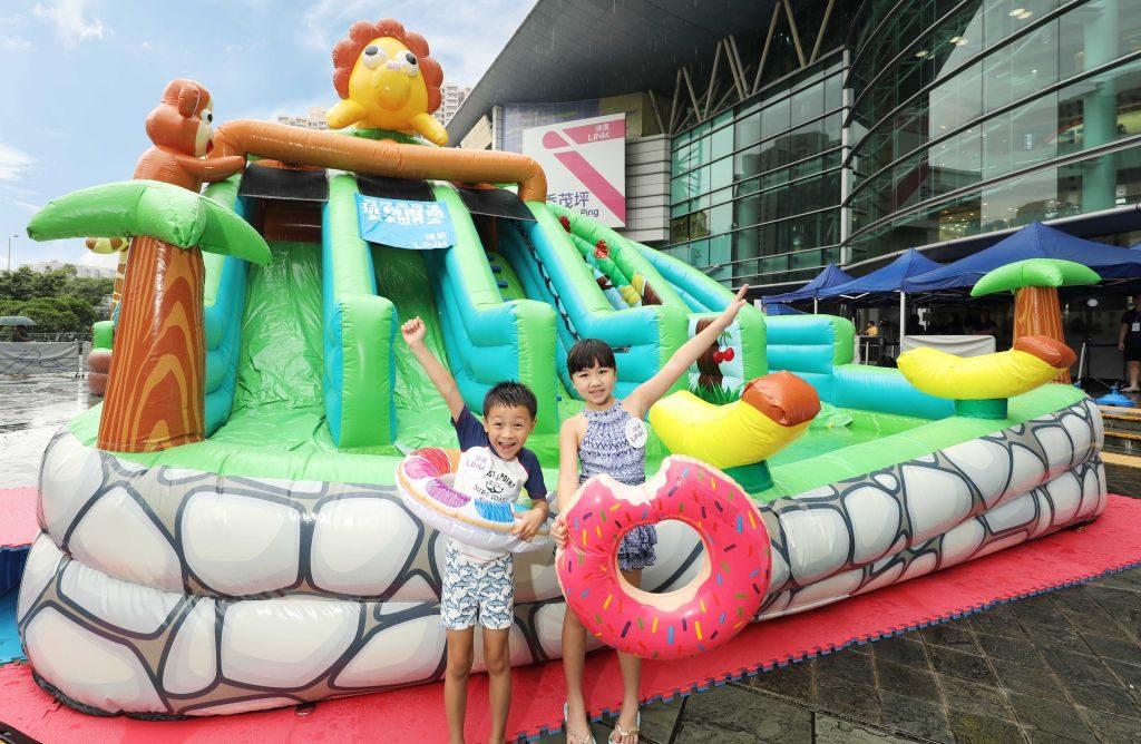 秀茂坪商場「玩轉歷奇水世界」內設有 20 呎高的「叢林滑梯」,供小朋友玩樂。