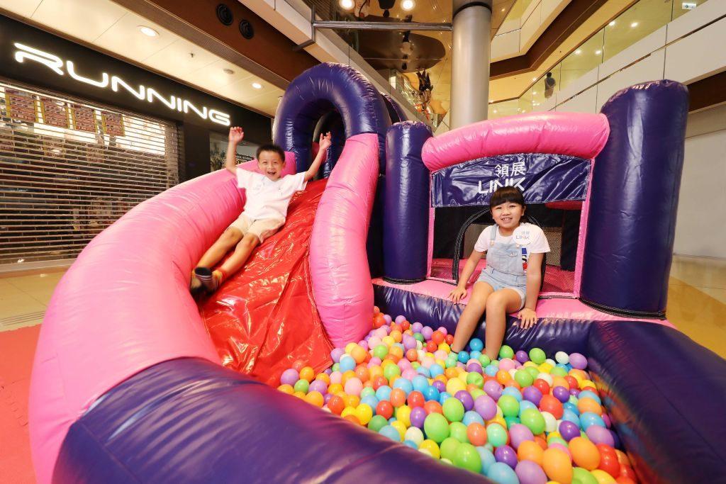 秀茂坪商場「玩轉歷奇水世界」設有適合幼童玩樂的「動感波波池」,讓小寶貝們樂在其中。