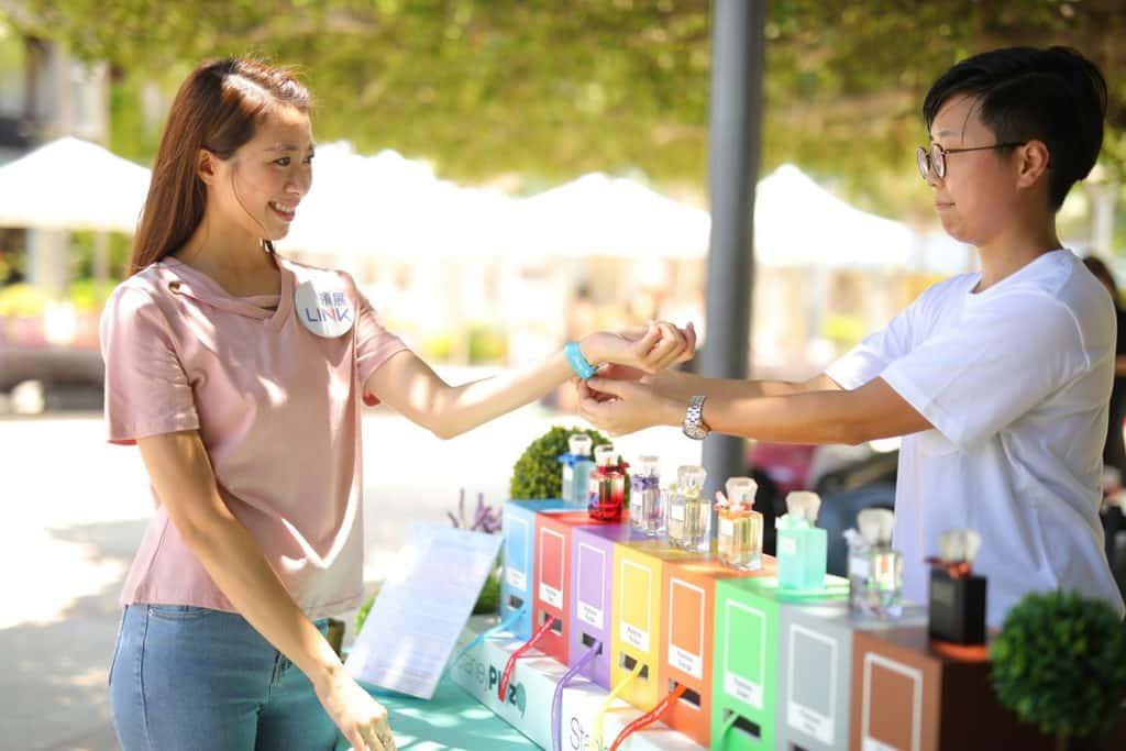 赤柱廣場:仲夏色彩派對 「顏色密碼」專櫃可製作個人專屬顏色的香味手帶乙條。