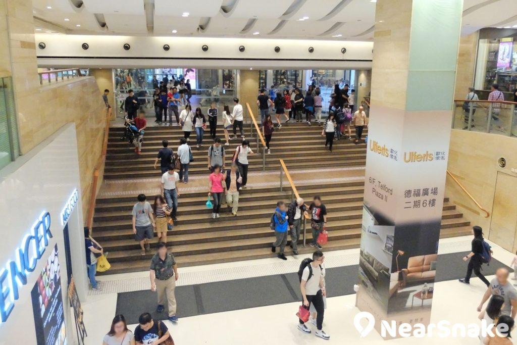 從德福廣場一期通往九龍灣工商業區的這道樓梯,相信是香港上落人流最為頻繁的樓梯之一。