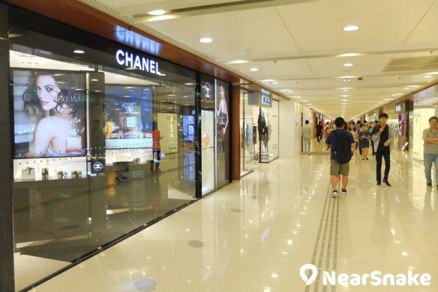 從港鐵九龍灣站出口步入德福廣場,便可看到 Chanel、ZARA 時尚服飾店。從港鐵九龍灣站出口步入德福廣場,便可看到 Chanel、ZARA 時尚服飾店。