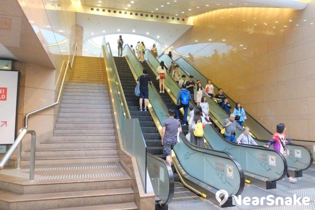德福廣場一期出入口左方這道扶手電梯,正是通往二期的必經之路,這可是德福廣場的著名地標。