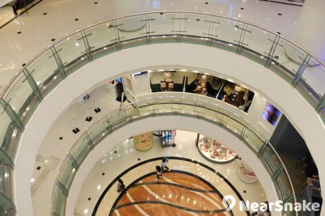 德福廣場二期中庭以圓形天井貫穿 6 層樓層。