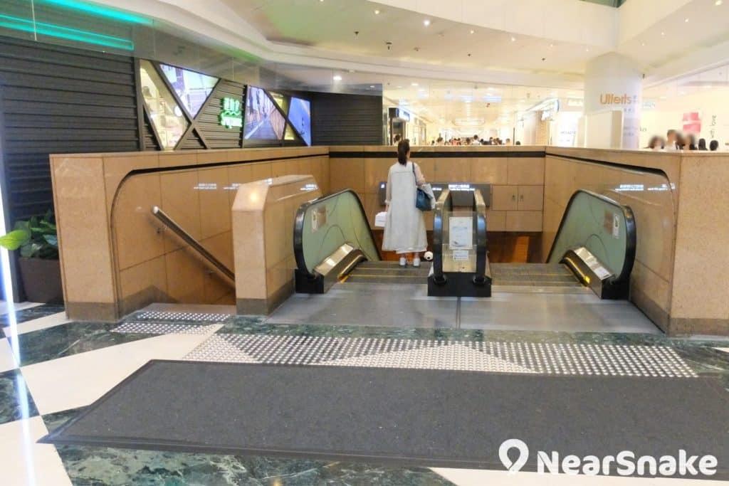 德福廣場二期有頗多人流是衝著這條扶手電梯而來,下去便是通往工商業區各大購物商場如 Mega Box、E-Max 的穿梭巴士站。