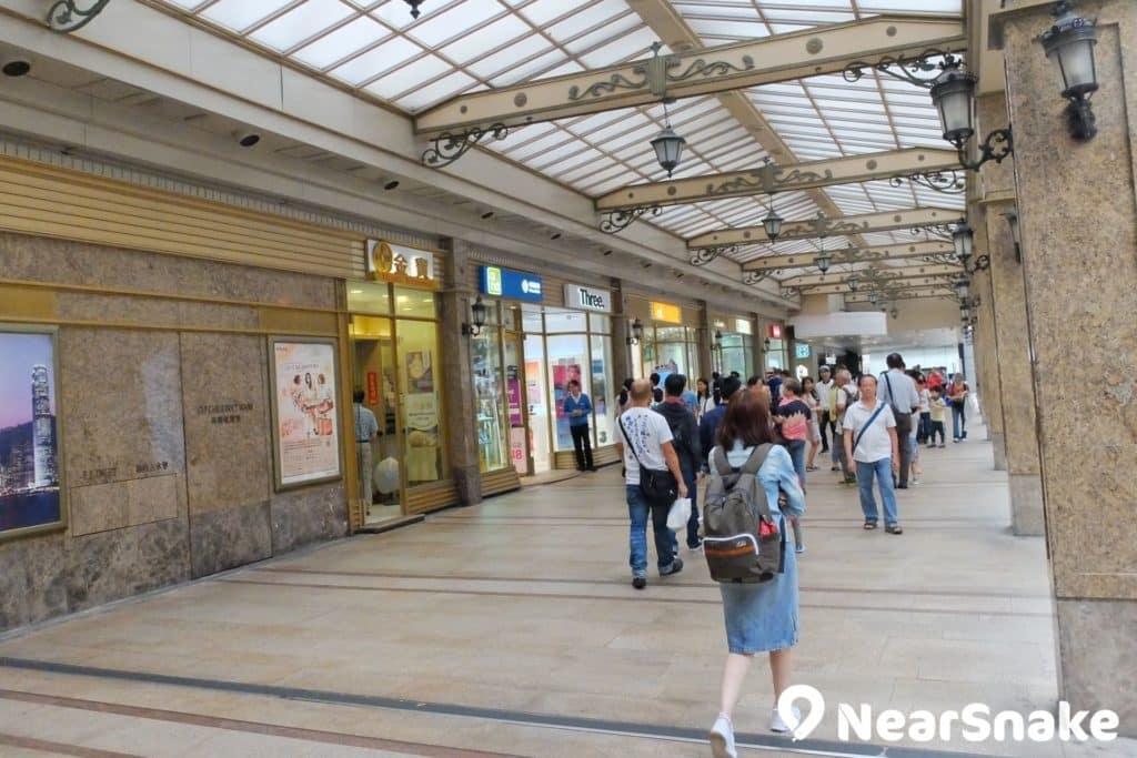 德福廣場通往工商業區的走道充滿歐陸風格,雖然旁邊的電訊商店有點煞風景。