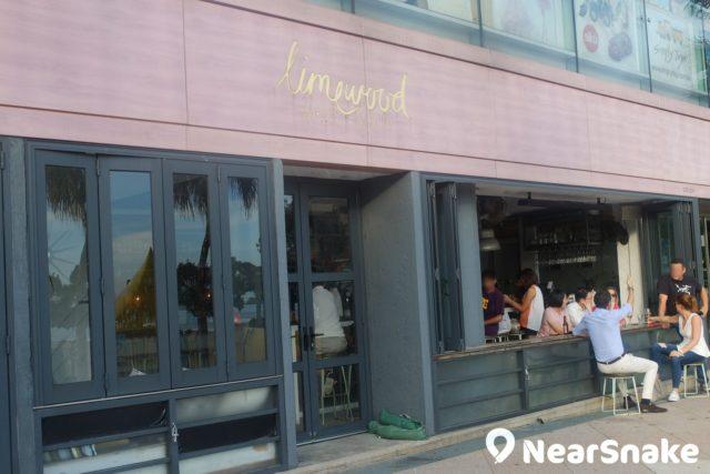 the pulse 餐廳-Limewood 是灘畔燒烤餐廳,室內裝潢採懷舊風格,座位面向淺水灣沙灘,在輕音樂襯托下,品嚐一頓 Brunch,是種慢活享受。
