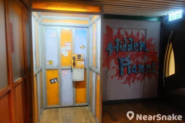 the pulse 秘密星球奇幻之旅大玩懷舊風,門口處便擺放了 1980 年代的電話亭,00 後應該沒見過吧!