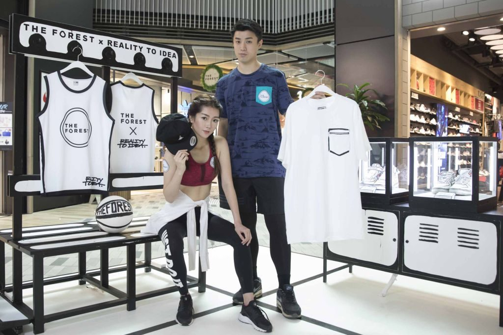 Joshua 為 THE FOREST 商場特意設計的限量禮品,包括黑白型格 Pocket Tee、黑白棒球帽、黑白帆布袋。