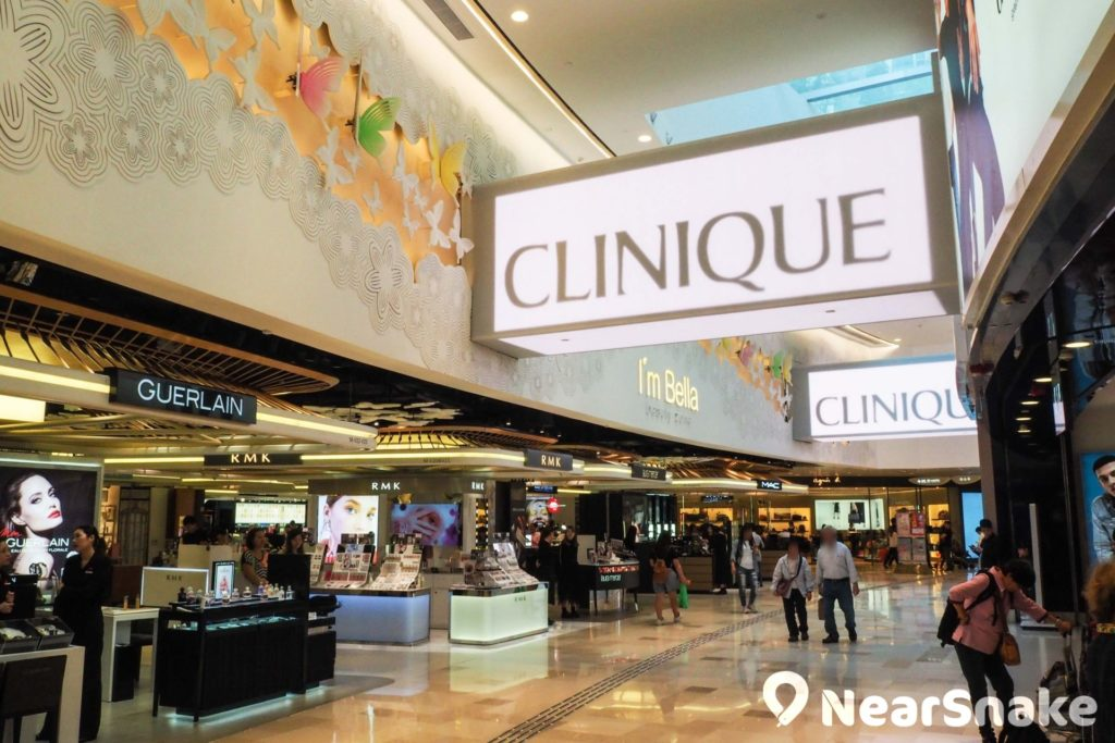 V City 商場內多處地方均有裝設 LED 大屏幕,具有裝飾和廣告顯示用途,增添幾分時代感。