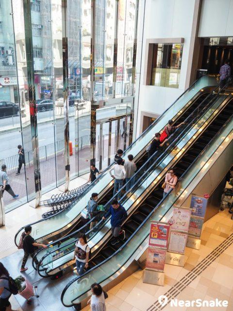 V City 商場內多個地方均裝上特大玻璃幕牆,提供良好的採光效果,讓室內保持光線充足,有助減省照明系統的耗電量。