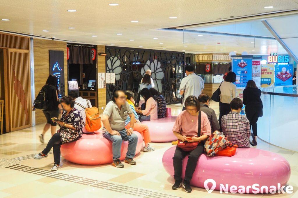V City 商場內設有休憩區,大家逛得累了,不妨在此坐下休息。