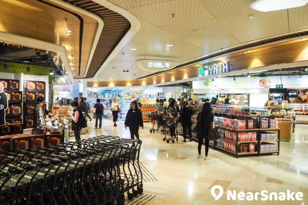 V City 地面樓層為一田超市和藥妝店,為區內居民提供日常生活所需,同時亦吸引了不少「水貨客」前來採購貨品。