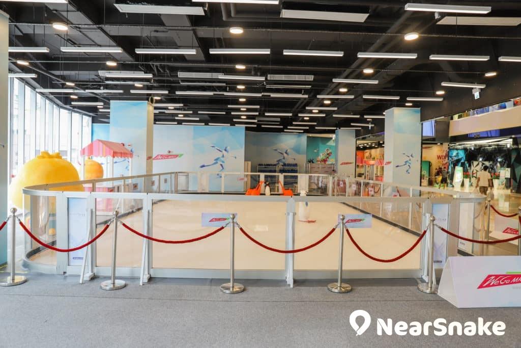 We Go Mall 溜冰場佔地僅 1,100 平方呎,可說是香港面積最小的溜冰場。