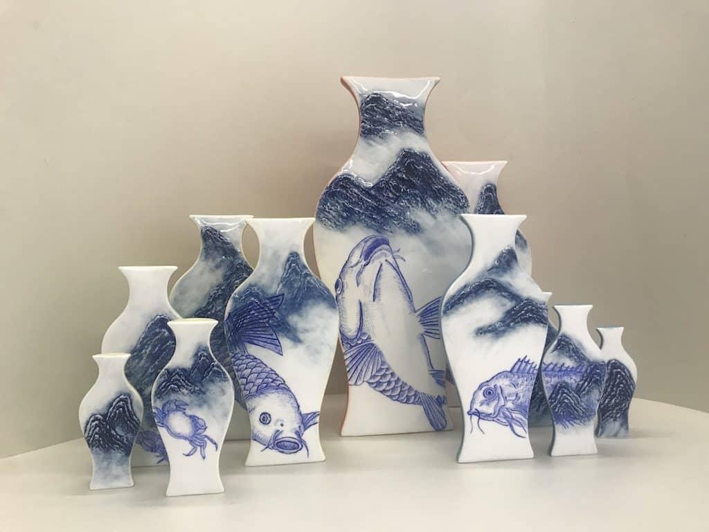 JCCAC展覽-李綺薇《山水之間》作品:李綺薇將山巒與水中之魚融入至陶瓷作品中。