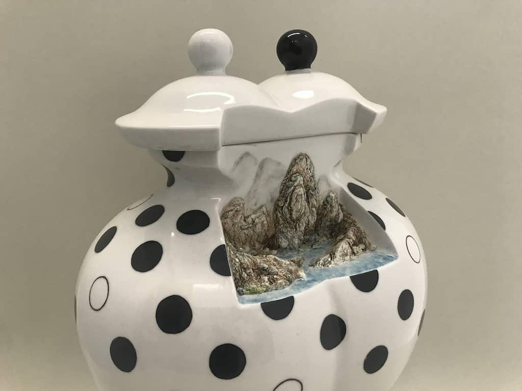 JCCAC展覽-李綺薇《山水之間》作品:李綺薇將山水形態完美嵌入至陶瓷作品中。
