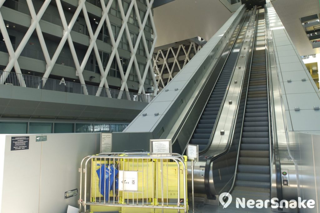 被稱為「天梯」的知專設計學院扶手電梯於 2011 年曾發生罕見的「炒樓梯」意外,梯級突然鬆脫翻起,幸未有造成人命傷亡。