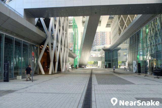 知專設計學院地面的「設計大道」長達 125 米,連接兩旁的綜藝館、展覽場地和部分校園設施,也是附近街坊來往行走的「捷徑」。
