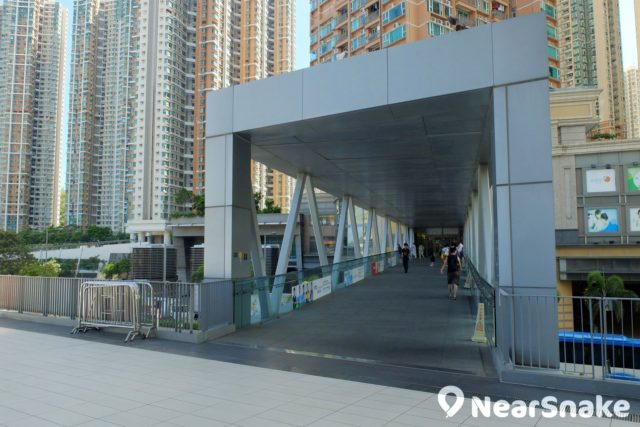 港鐵調景嶺站建有架空天橋可直達知專設計學院平台。