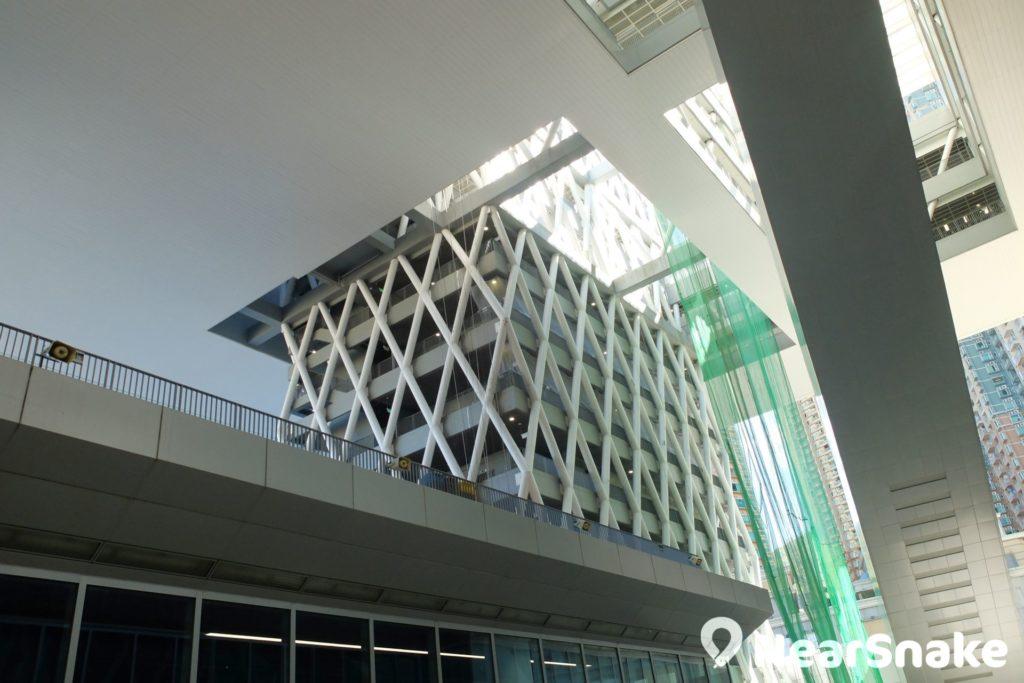 從知專設計學院平台抬頭仰望,可見有如積木的樓台建築縱橫交錯。