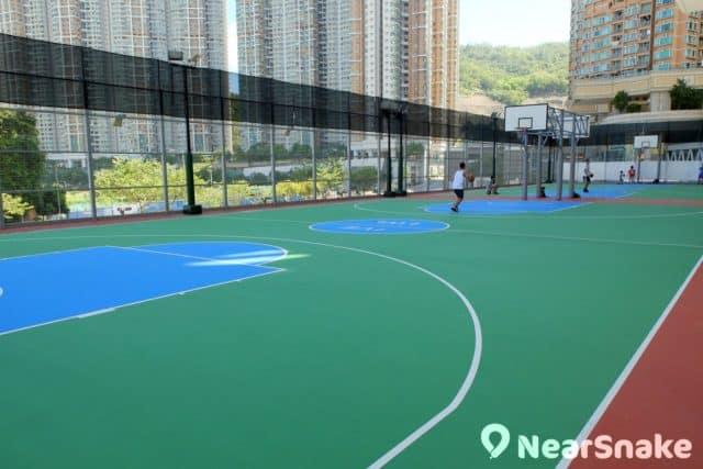 知專設計學院的籃球場是對外開放的,大家可相約三五知己來此「入樽」。