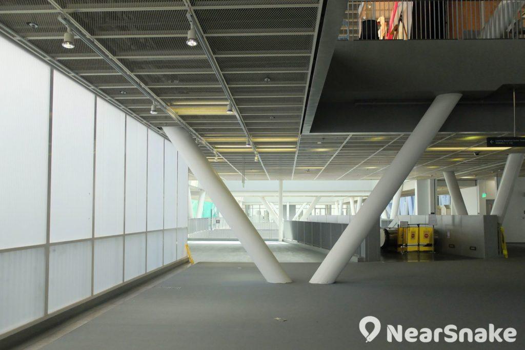 大家認為知專設計學院內的 V 形支柱是否很擋路呢?