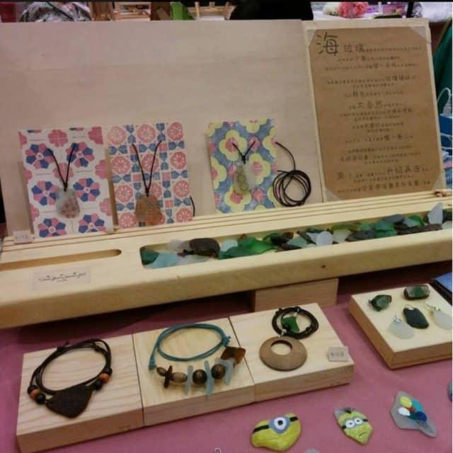 茂蘿街 7 號拾綠市集-Sea Glass Jewelry 以海玻璃製成首飾。