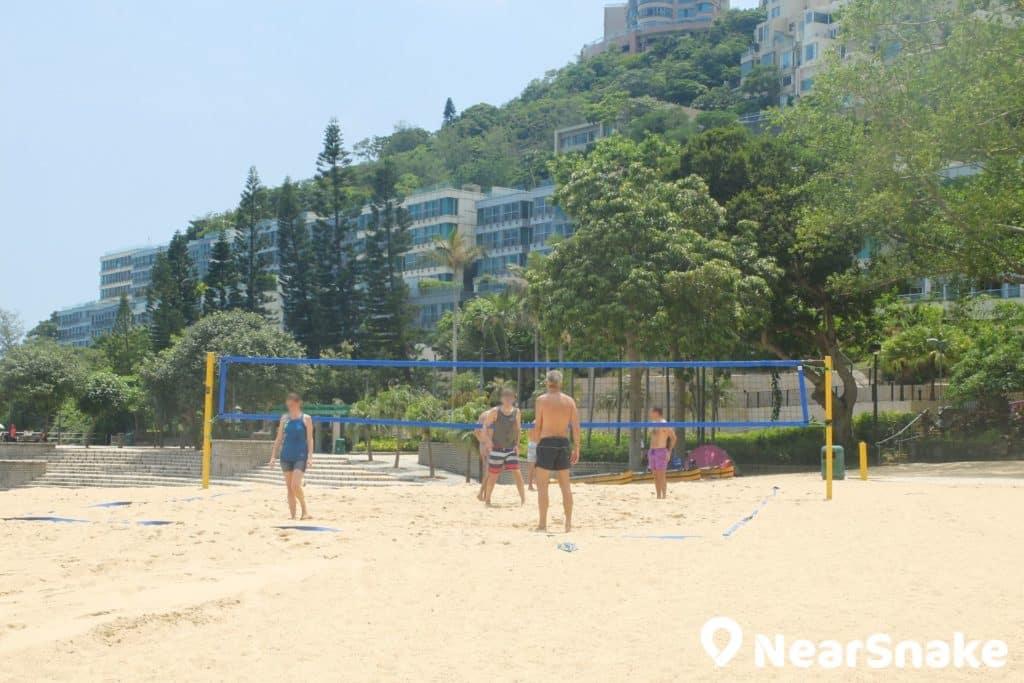 香港可以玩沙灘排球的泳灘不多,淺水灣沙灘正是其中之一。