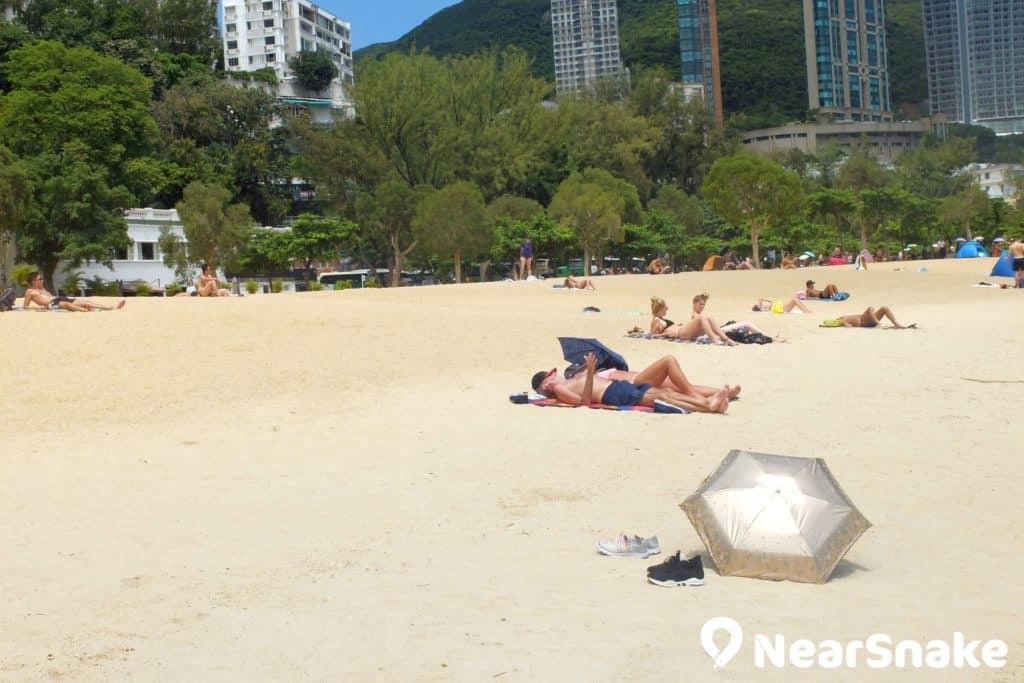 到了陽光明媚的日子,前來淺水灣沙灘享受日光浴的遊人佈滿整個泳灘。