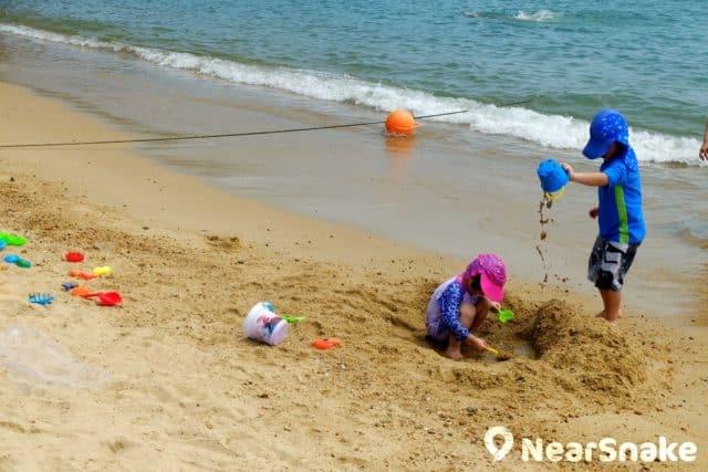來到淺水灣沙灘,小朋友當然要大玩堆沙遊戲。