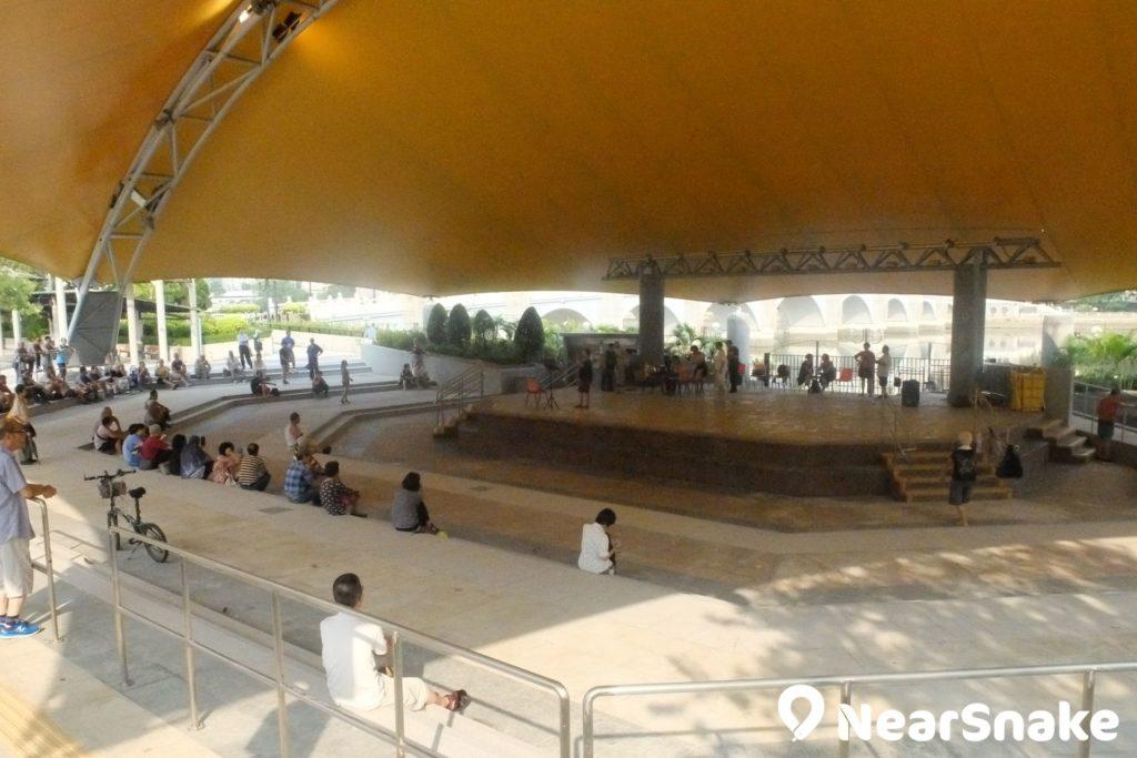 沙田公園露天戲場吸引大媽前來演唱,公園管理員也會監察他們的音量指數,以免擾人。