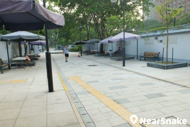 沙田公園南園藝術廊大道兩旁擺放的座椅及太陽傘,每到周末便是一個個藝術攤檔。