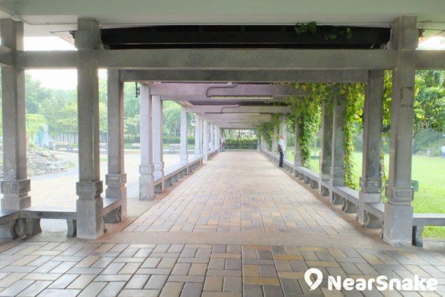沙田公園南園內建有古色古香的長廊「日影廊」。