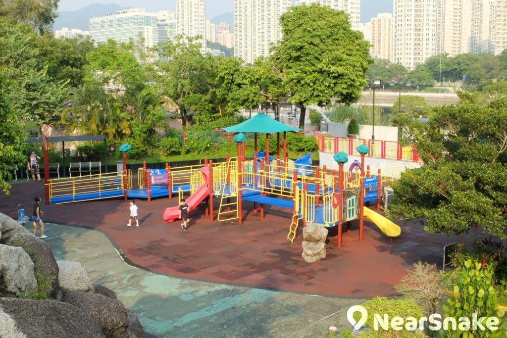 沙田公園北園的遊戲設施甚巨型,小朋友必不會悶了吧!