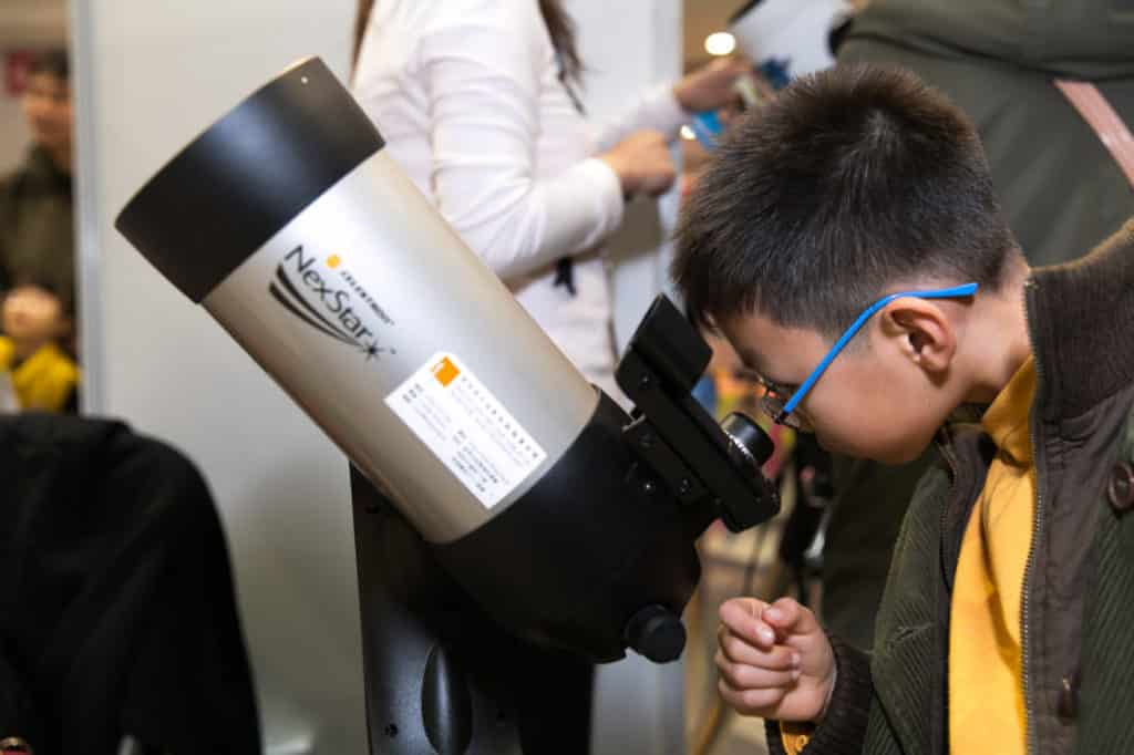 荷里活廣場:天文嘉年華 參加者可透過望遠鏡觀察遙遠的物像。