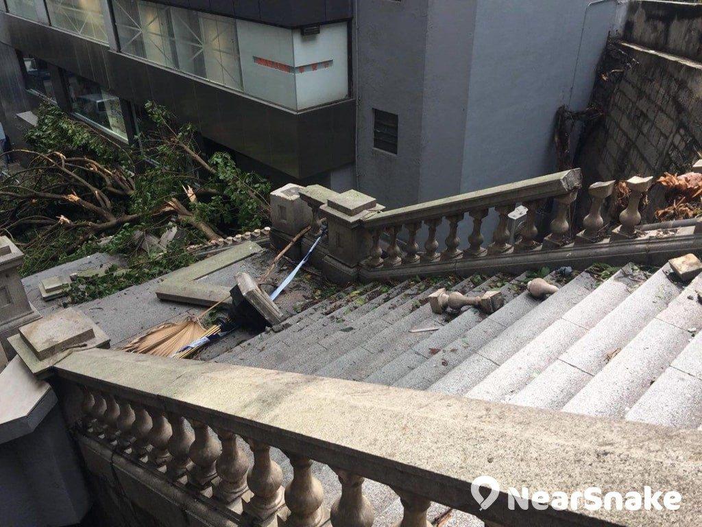 超強颱風「山竹」吹襲下,已有一個世紀多歷史的都爹利街煤氣燈亦抵擋不住。